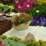 گل آرایی با حنا درون گلدان پلیاتیلن طرح قو Kenzi